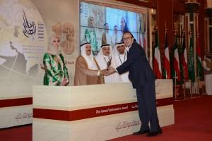 د. مصطفى يتسلم الجائزة من سمو أمير دولة الكويت
